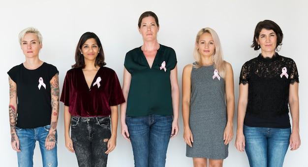 Grupa zróżnicowana kobieta z różowym tasiemkowym studiu