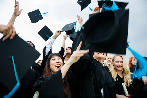 Grupa zróżnicowanych studentów kończących studia