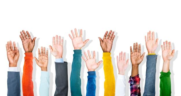 Grupa zróżnicowanych wieloetniczne kolorowe ręce podniesione