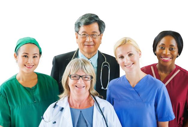 Grupa zróżnicowanych wieloetnicznych ludzi medycznych