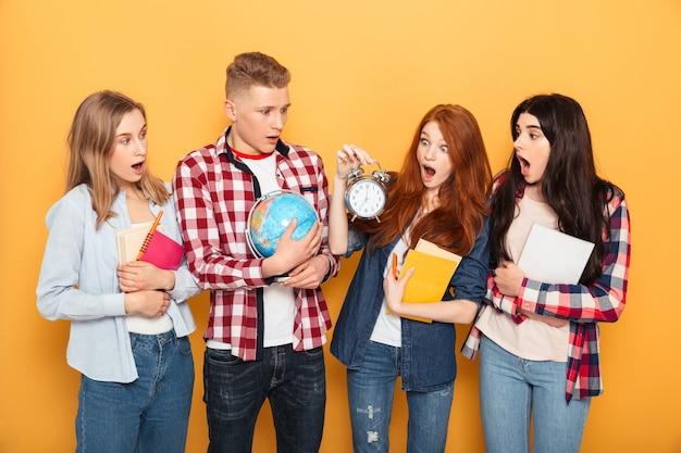 Grupa zszokowanych przyjaciół ze szkoły
