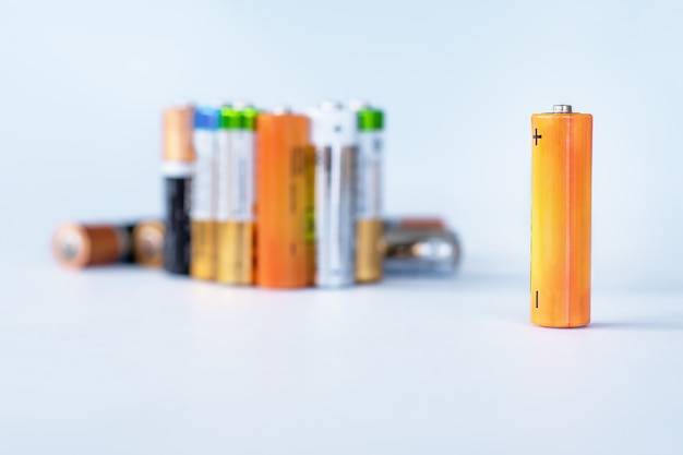 Grupa zużytych baterii jednorazowego użytku, gotowych do recyklingu.