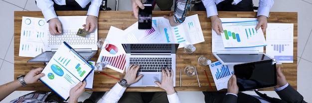 Grupowi ludzie biznesu problemowego rozwiązania w biuro stole