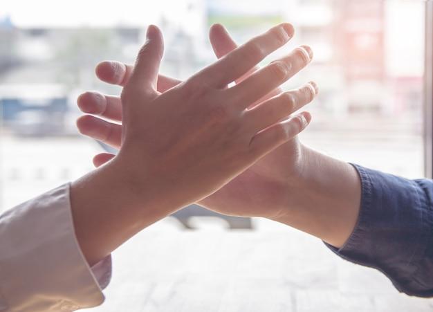 Grupowy biznesmen razem tworzy wzajemnie korzystną relację biznesową