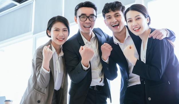 Grupowy portret azjatyckich ludzi biznesu