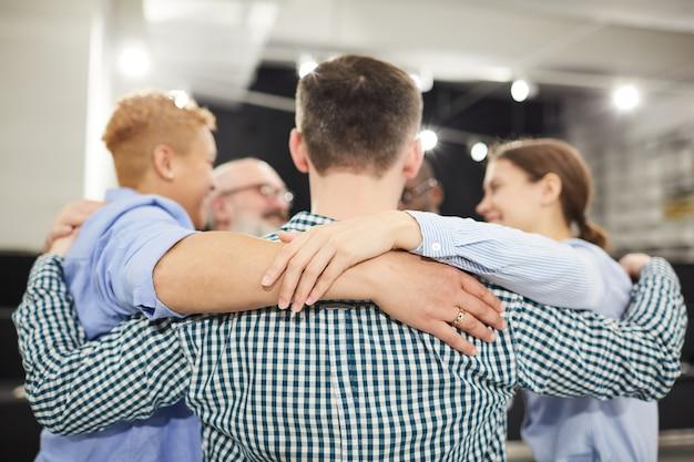 Grupowy uścisk w sesji terapeutycznej