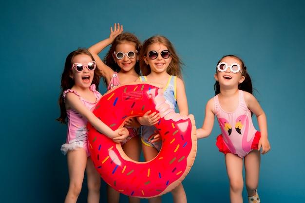 Grupuj dzieci w strojach kąpielowych i okularach przeciwsłonecznych