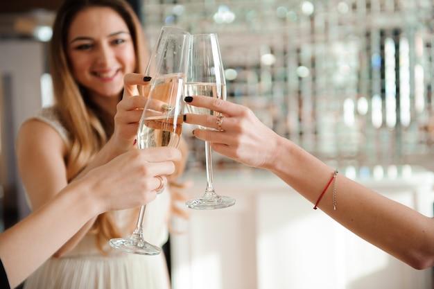 Grupuj ludzi z szampanem tańczącym na imprezie
