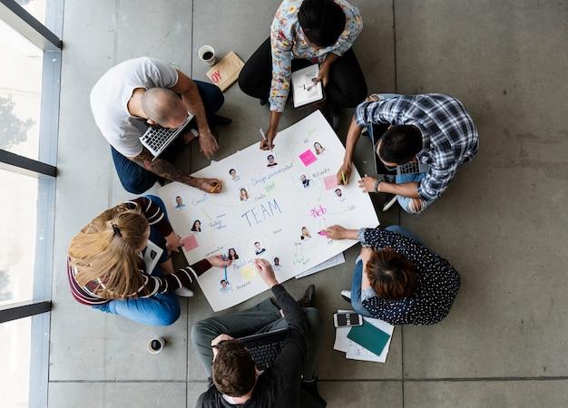 Grupy ludzi brainstorming obsiadanie na podłoga