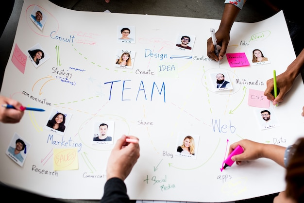 Grupy ludzi brainstorming spotkanie w pokoju