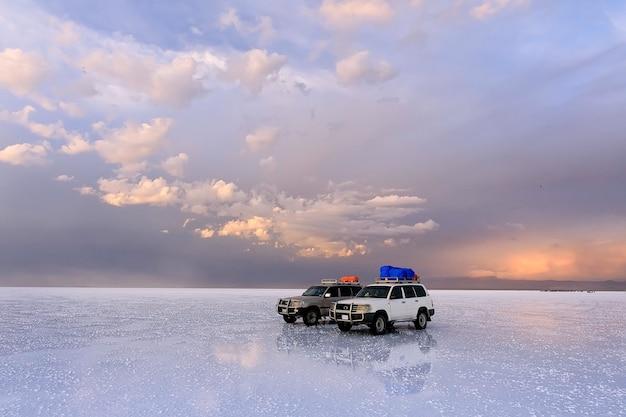 Grupy wycieczkowej w salar de uyuni podczas zachodu słońca. boliwia, ameryka południowa