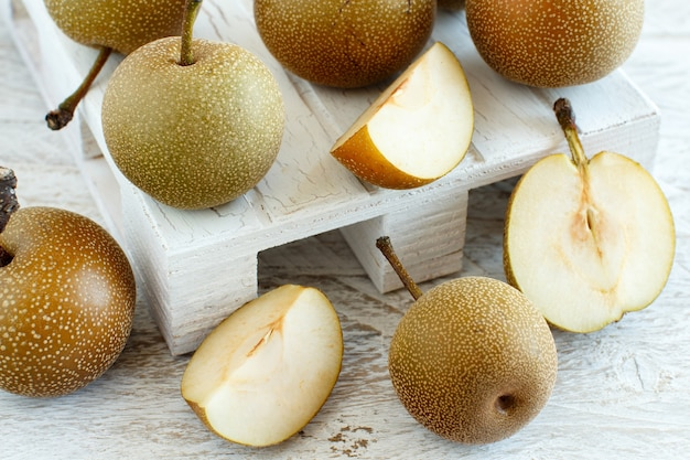 Gruszki Nashi (gruszki Jabłkowe Lub Gruszki Azjatyckie) Na Drewnianym Stole Premium Zdjęcia