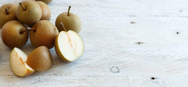 Gruszki nashi (gruszki jabłkowe lub gruszki azjatyckie) na drewnianym stole