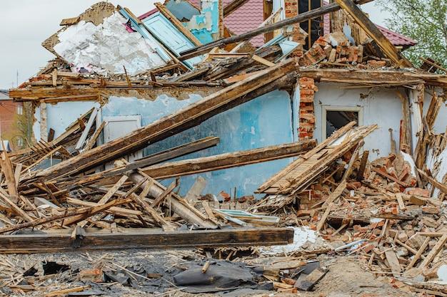 Gruz starego zrujnowanego domu. stos fragmentów konstrukcji w ruinach
