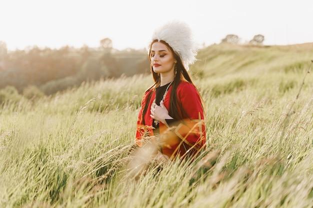 Gruzińska dziewczyna w czerwonej narodowej sukience