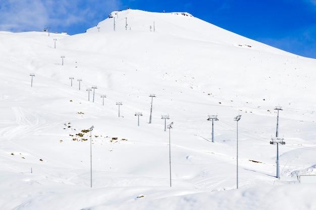 Gruziński ośrodek narciarski w gudauri. zaśnieżone góry, dzień i słońce.