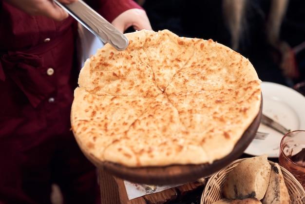 Gruziński ser chaczapuri imeruli. gruzińskie tradycyjne jedzenie, gorące chaczapuri.