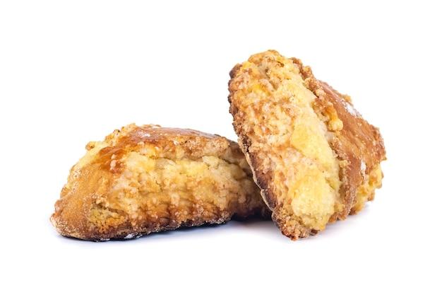 Gruziński tradycyjny deser qada, kada z posypanym cukrem na białym tle