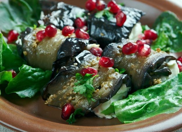 Gruzińskie danie ze smażonego bakłażana nadziewane pikantną pastą z orzechów włoskich