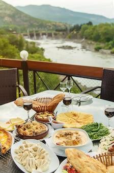 Gruzińskie potrawy na stole