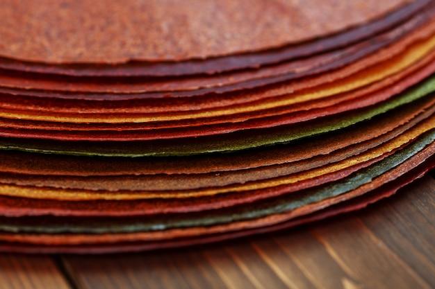 Gruzińskie słodkie danie narodowe - arkusze past na drewnianym stole