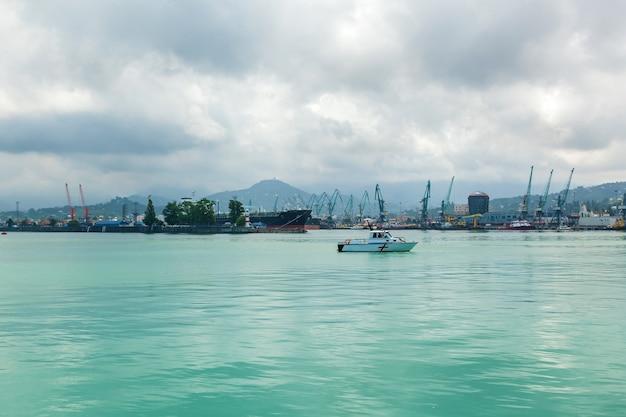Gruzja batumi 25 czerwca 2017 r. po południu statek zaparkowany jest w strefie wodnej portu i jachtów klubu miasta batumi. gruzja, adżara, batumi,