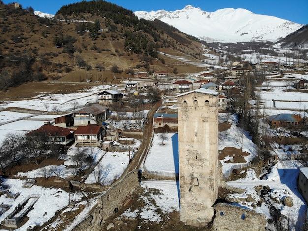 Gruzja górskie miasto mestia w regionie swanetia