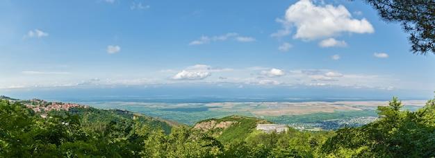 Gruzja, sighnaghi, widok z góry, czerwone dachy, zamek, dolina alazani i góry w chmurach