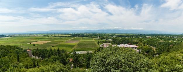 Gruzja, sighnaghi widok z góry, dachy, zamek, dolina alazani i góry w chmurach