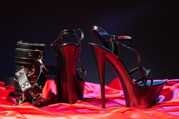 Gry erotyczne dla dorosłych. perwersyjny styl życia. bandaże i para czarnych butów na wysokim obcasie