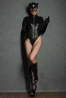 Gry erotyczne dla dorosłych. piękna dominująca brunetka wampirzyca kochanka w lateksowym ciele