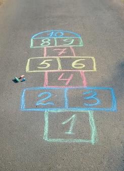 Gry uliczne dla dzieci w klasykach. selektywne skupienie.