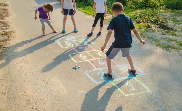 Gry uliczne dla dzieci w klasykach