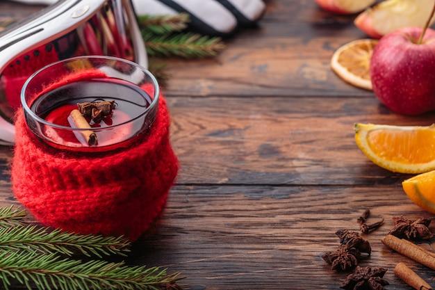 Grzane wino boże narodzenie dekoracja składniki jabłczana pomarańczowa zima tradycyjny napój