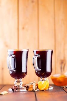 Grzane wino na deskach. jesienne grzane wino, przyprawy i miód.
