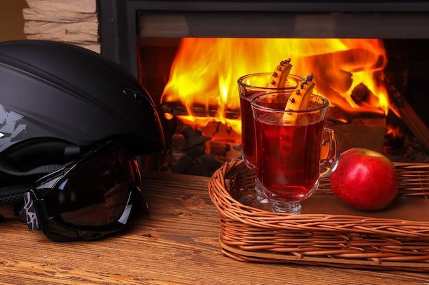 Grzane wino na nartach przy kominku