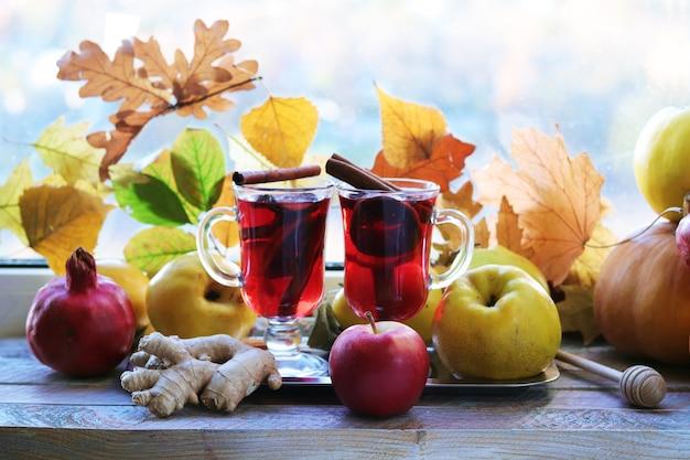 Grzane wino organiczne owoce jesienne liście przyprawy na drewnianym stole święto dziękczynienia