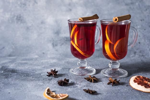 Grzane wino pyszne wakacje z przyprawami z pomarańczowego cynamonu i anyżu gwiazdkowatego. tradycyjny gorący napój