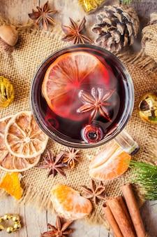 Grzane wino. selektywna ostrość. świąteczny napój i jedzenie.