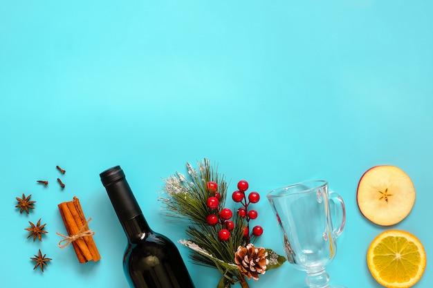 Grzane wino składniki, martwa natura na niebieskim tle