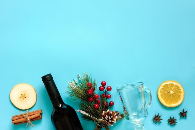 Grzane wino składniki, martwa natura na niebiesko