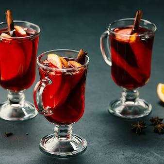 Grzane wino w kieliszkach. świąteczny napój.