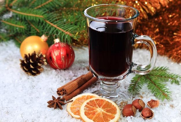 Grzane wino w przezroczystym kieliszku na śniegu