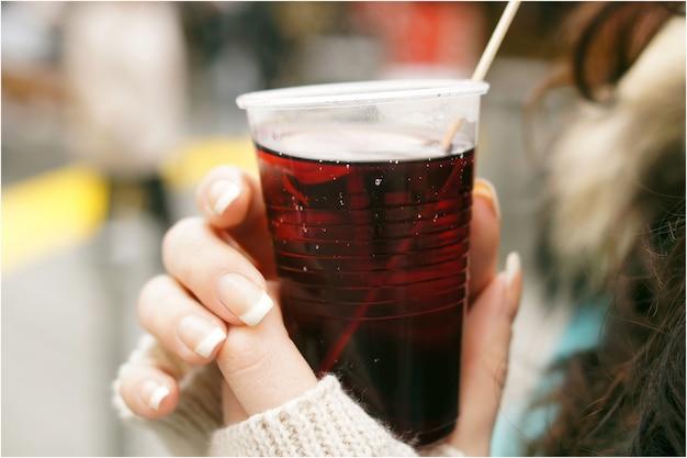 Grzane wino w rękach kobiet