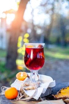 Grzane wino w szklance piknik na świeżym powietrzu w parku jesienią gluhwein gorące wino