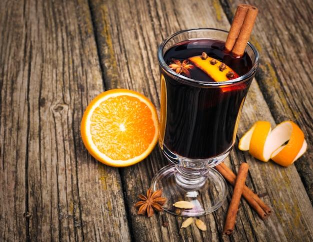 Grzane wino w szklanej filiżance na drewnianym stole