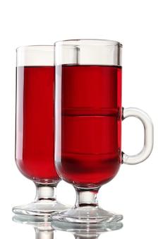 Grzane wino w szklankach na białym tle