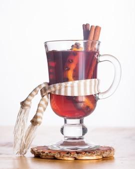 Grzane wino w szklanym kubku - napój rozgrzewający