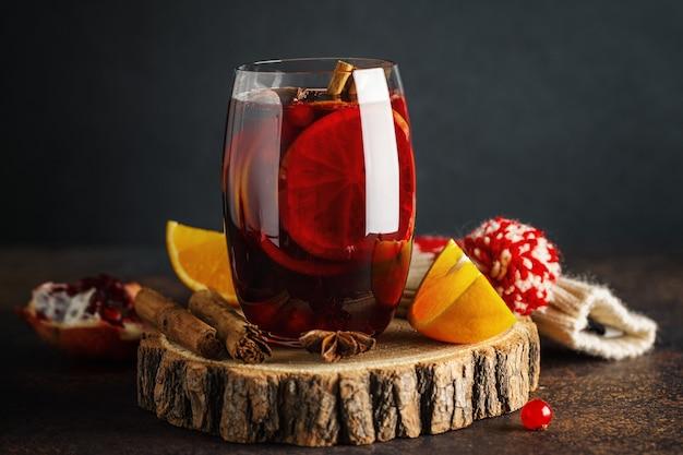 Grzane wino w szkle z cynamonem