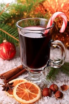 Grzane wino z cukierkiem na śniegu